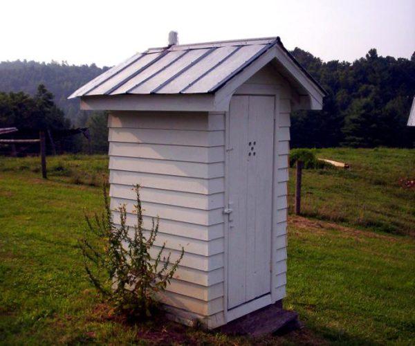 La disinfezione del gabinetto da giardino in vetriolo aiuta a ridurre l'odore sgradevole