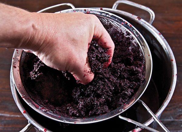 Filtrare la miscela, liberandola dalla polpa